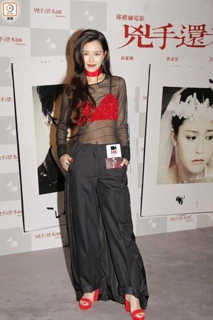 文咏珊亮相首映礼  性感黑色透视装大秀好身材