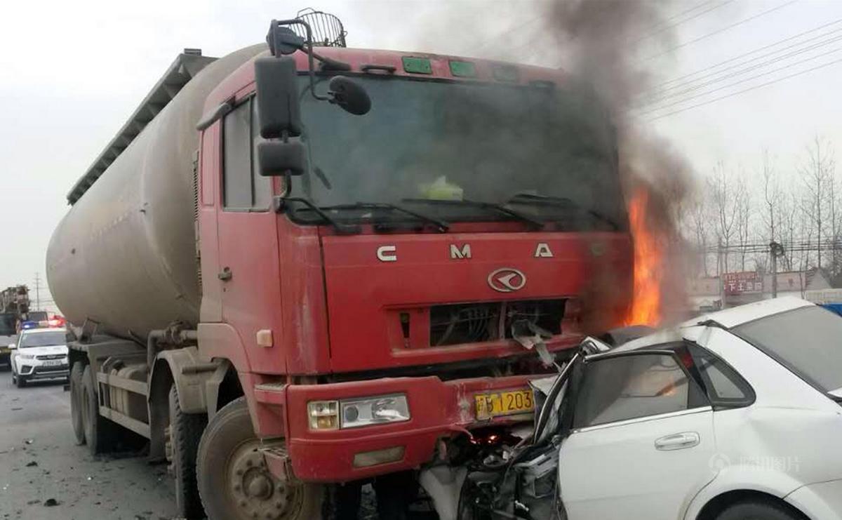 皖B牌照的白色别克轿车和一辆红色水泥罐车挤成一团.其中别克车图片