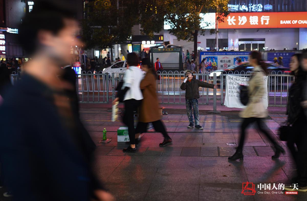 【中国人的一天】9岁卖唱男孩撑起一个家