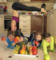 组图:阿塞拜疆辣妈将健身与带娃相结合