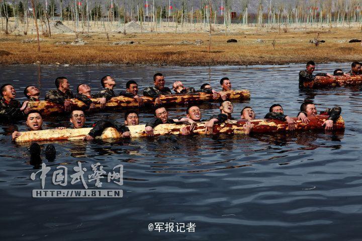 武警战士扛圆木体能训练-武警西藏总队魔鬼周训练图片