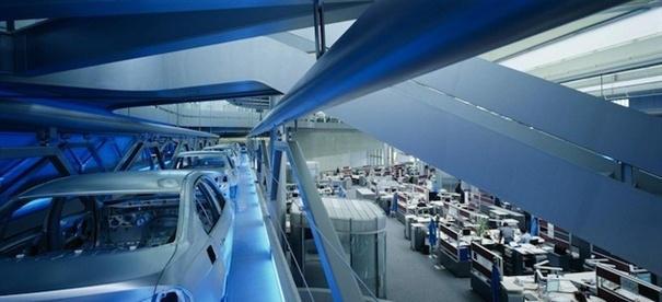 德国宝马汽车公司中央大楼,位于宝马综合工厂中的这块建筑充当通道的