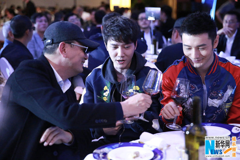 黄晓明在京出席阿里影业两周年年会,以一身亮色休闲装束亮相.黄