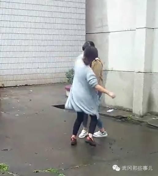 邵阳一初中少女遭围殴被狂扇耳光 引众多女生围观