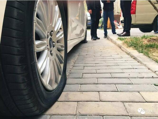 记者看到,这辆大众小轿车左前轮完全干瘪,张先生指着轮胎侧面图片