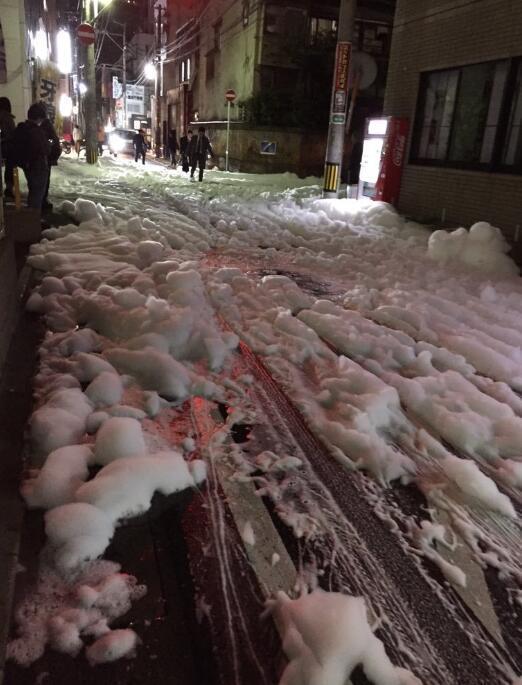 日本福冈地震后街道上出现大面积泡沫 - 海阔山遥 - .