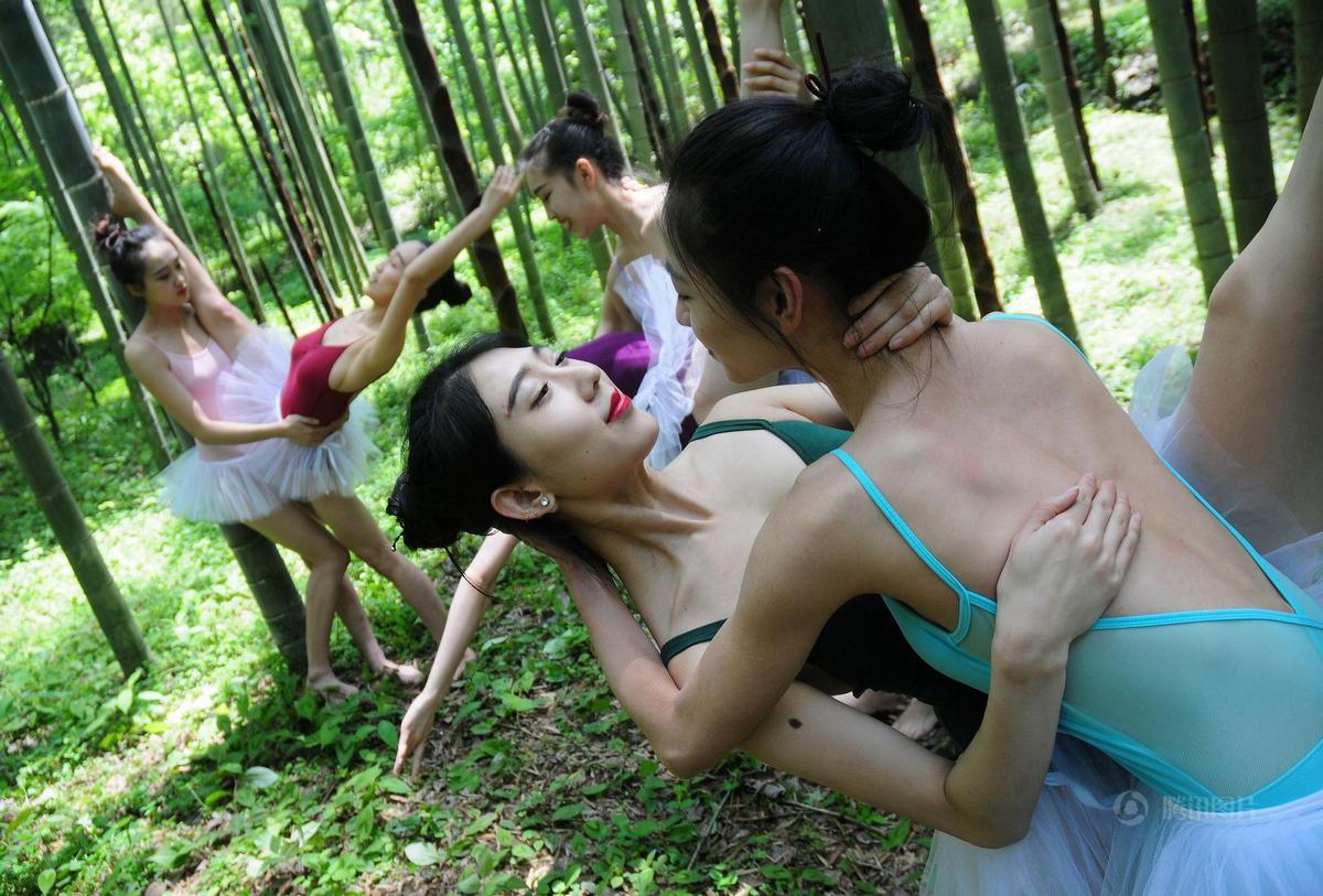 杭州美女竹林里上演高难度动作 动作撩人 - 海阔山遥 - .