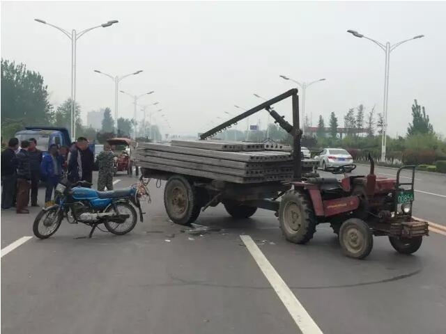 黄河大道拖拉机与摩托车相撞 伤者腿遭碾轧已不像样