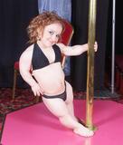 世界最矮小钢管舞娘爆红 身高仅85厘米