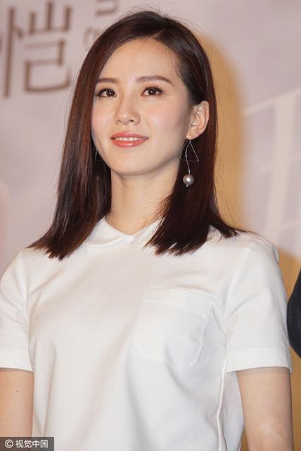 刘诗诗穿白衣短裙小秀性感 婚后变身娇羞少女