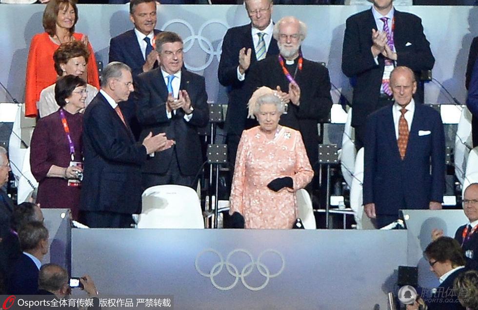 敦奥运会的开幕式,女王夫妇的到场引发全场观众的欢呼和掌声.-图片