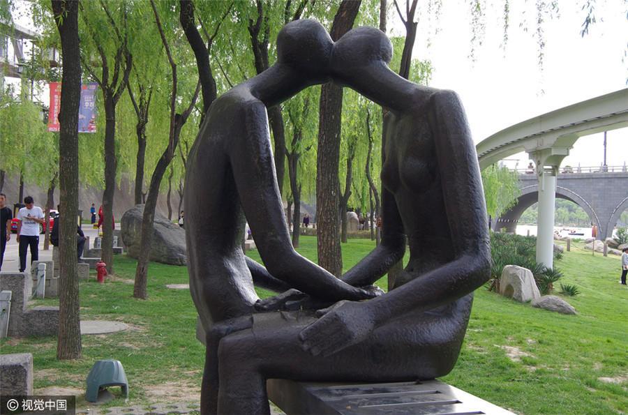 """爱情主题雕塑成一景 动作""""大胆""""让人羞涩2016.4.25 - fpdlgswmx - fpdlgswmx的博客"""