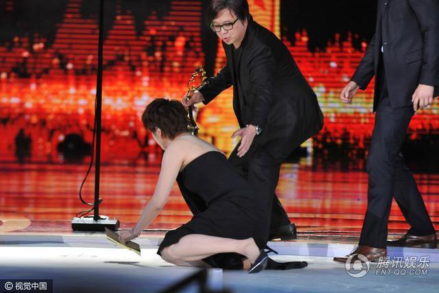 北影节颁奖台上竟放冰块 梁咏琪摔倒举止仍优雅