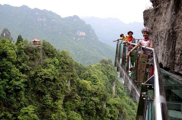 玻璃栈道,建于世界最长悬空绝壁栈道东端的逍遥亭附近,入口起于