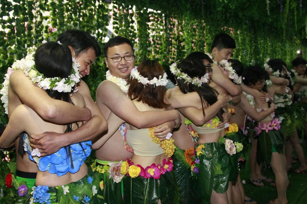 """杭州20对90后情侣雨中激吻集体""""裸婚"""" - 海阔山遥 - ."""