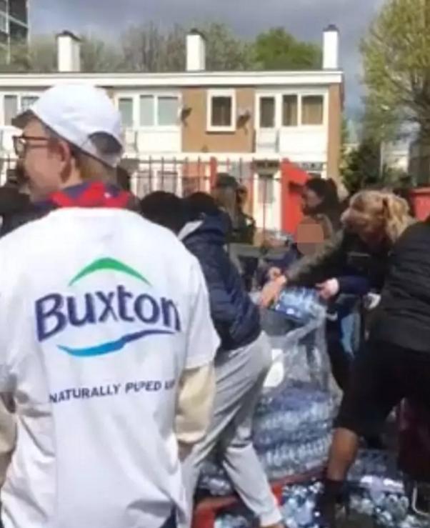 伦敦马拉松免费水遭哄抢 居民用小车搬回家 - 海阔山遥 - .