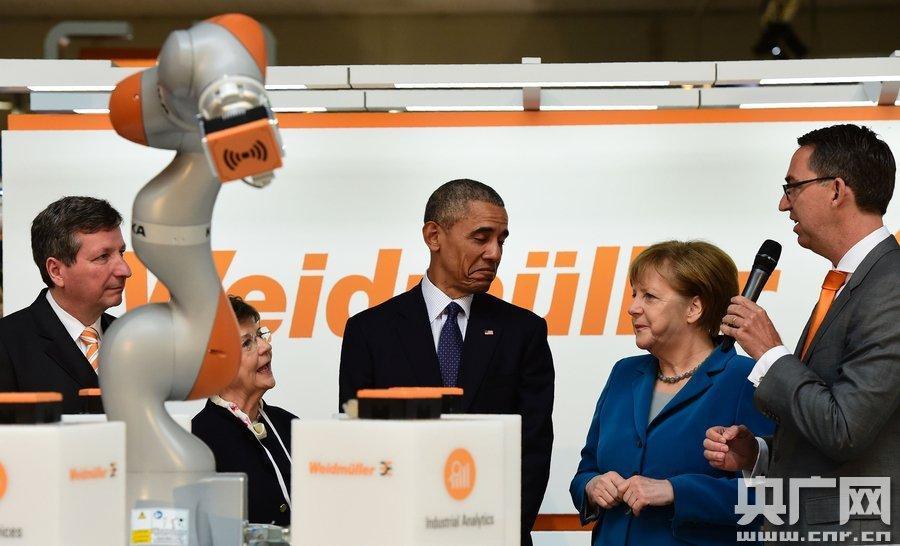 奥巴马和默克尔戴上VR眼镜玩嗨了