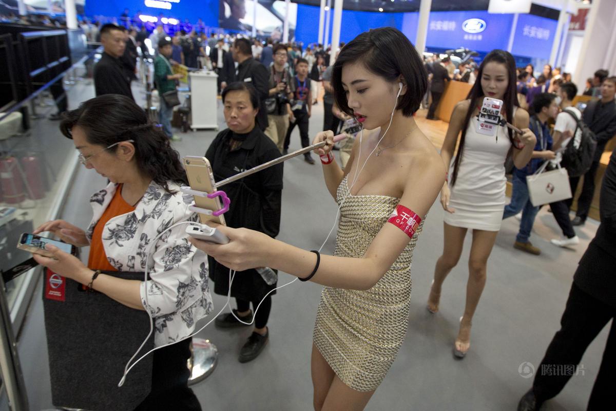 北京车展|美女车模改行当网络主播~。