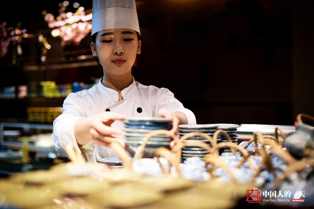 【中国人的一天】90后女厨师的火焰人生