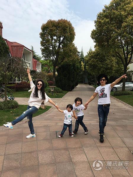 娱乐讯 日前,拳王邹市明与妻子冉莹颖带着两个宝贝轩轩和皓皓为某图片