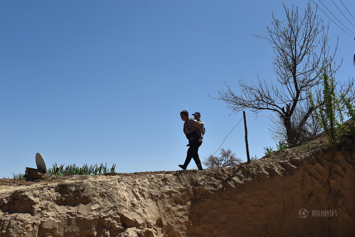 山西黄土高原村庄仅剩几户老人留守 - 海阔山遥 - .