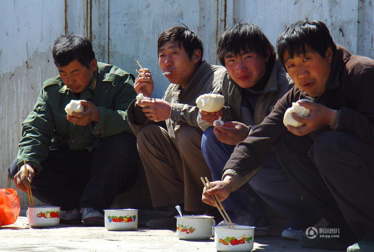 北京工地民工午饭 塑料袋盛饭树枝当筷 - 海阔山遥 - .