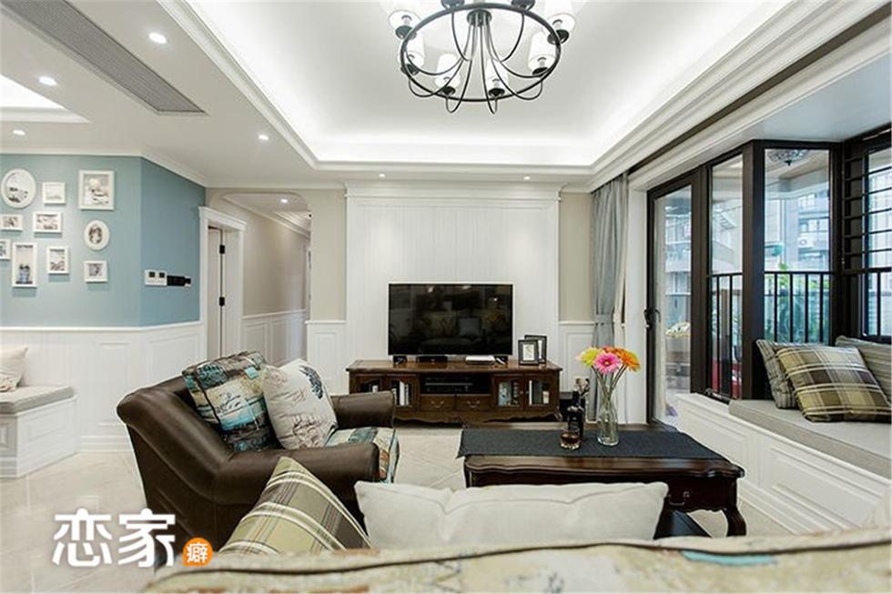客厅.布艺沙发配木质电视柜和木质茶几,飘窗处设的是一个小型的图片