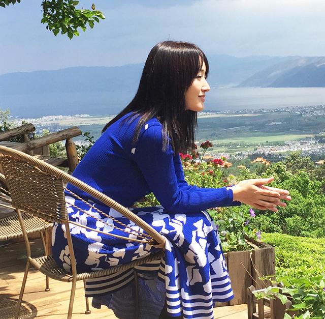 组图:杨钰莹变身茶山的俏阿妹 静坐享受好时光 - 海阔山遥 - .