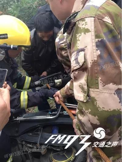 男子电动车追尾 被钢筋直插下体