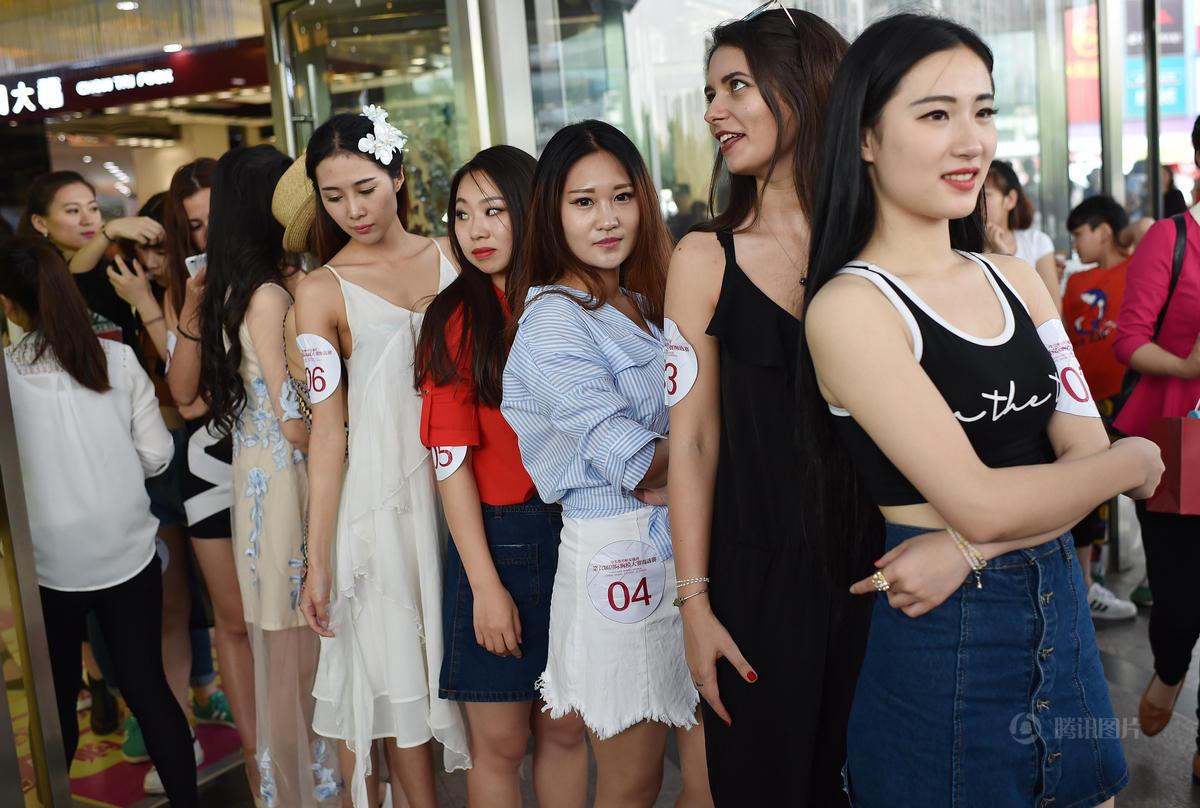 5月1日,安徽合肥滨湖世纪城广场上,参加胸模比赛的选手在展示。当天,某胸模大赛海选在这里举行,选手分别进行泳装和才艺展示两个环节的展示。