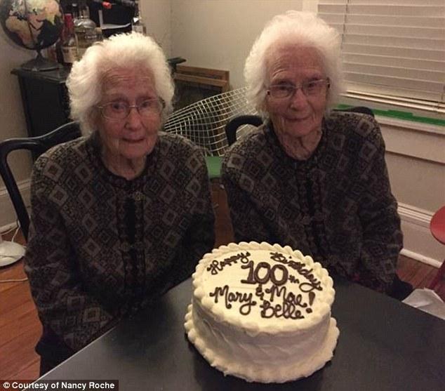 美国百岁双胞胎庆生 至今仍同吃同住穿着一样