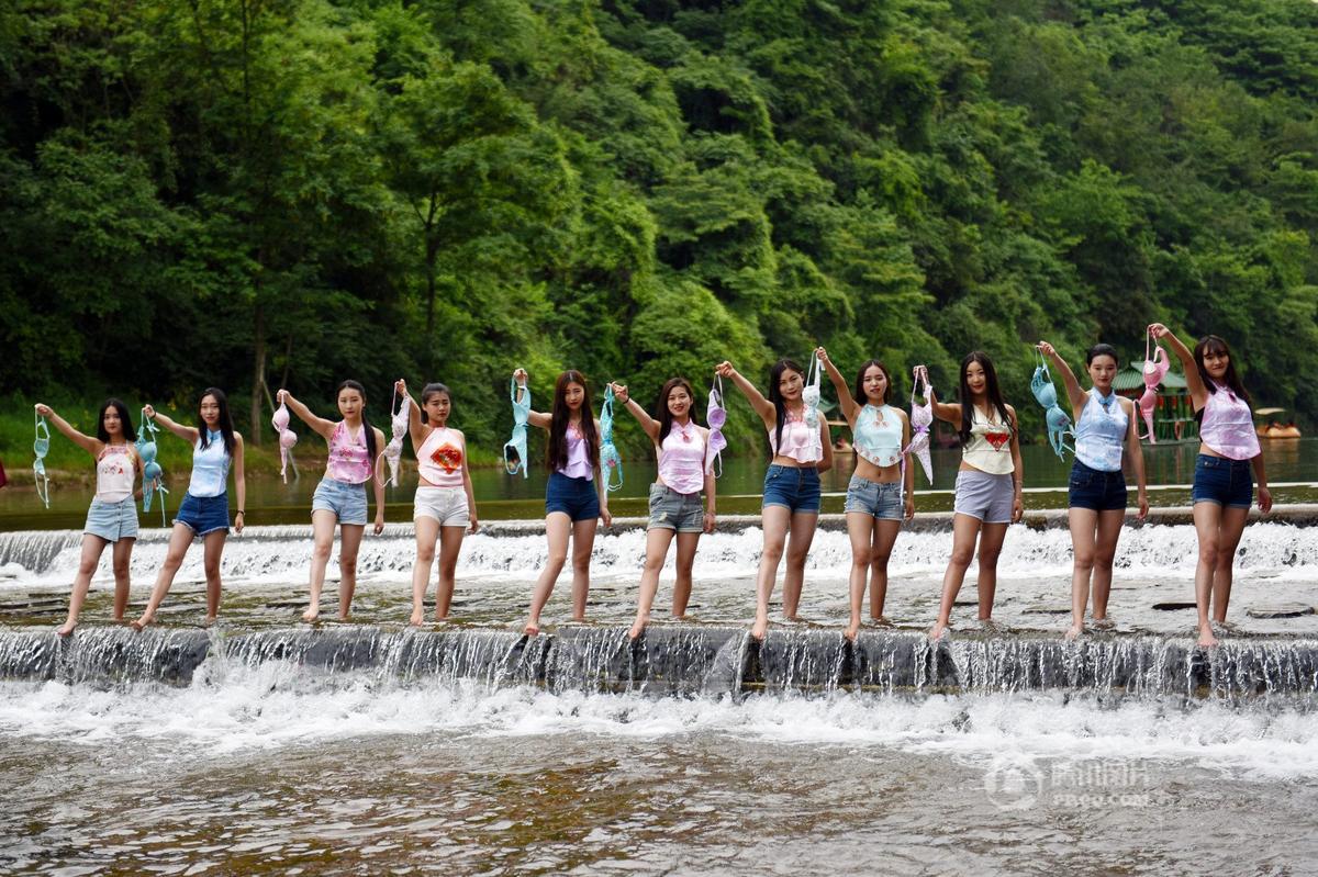女大学生穿肚兜抛胸罩玩快闪 呼吁关注乳房2016.5.6 - fpdlgswmx - fpdlgswmx的博客