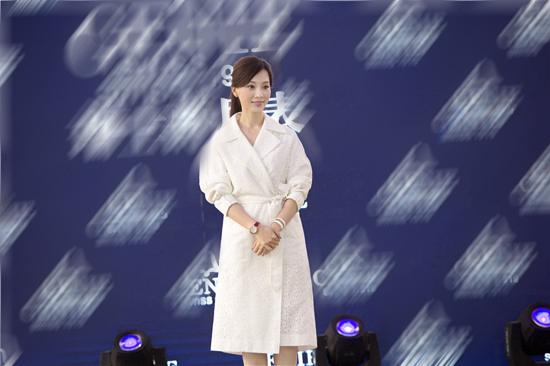 组图:陈数穿白裙现身捞金 美丽简约活力十足