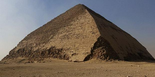 曲折金字塔由埃及第四王朝法老斯尼夫鲁所建造.金字塔低层部分与图片