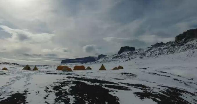 科学家在南极发现7100万年前恐龙化石和遗迹