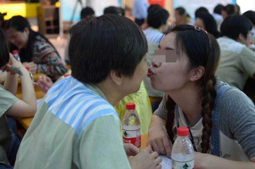 江西女子监狱母亲节:女儿给服刑母亲送香吻