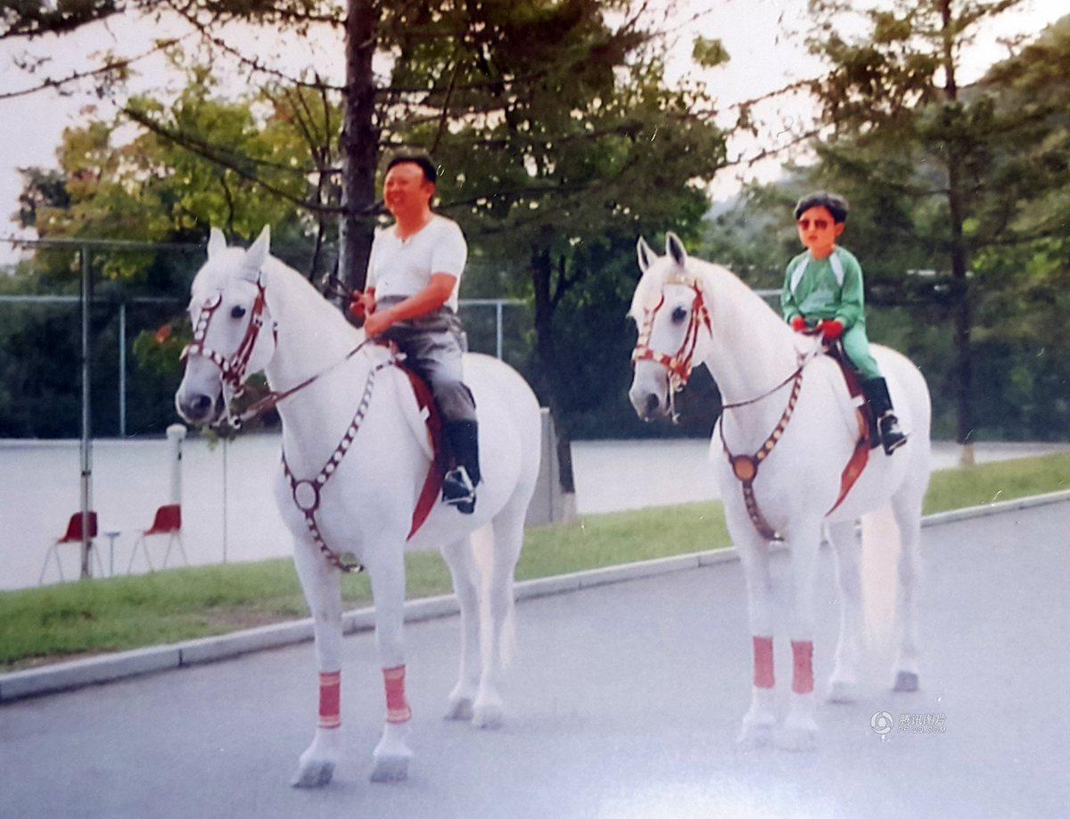 金正恩童年照曝光 戴墨镜与金正日一起骑马