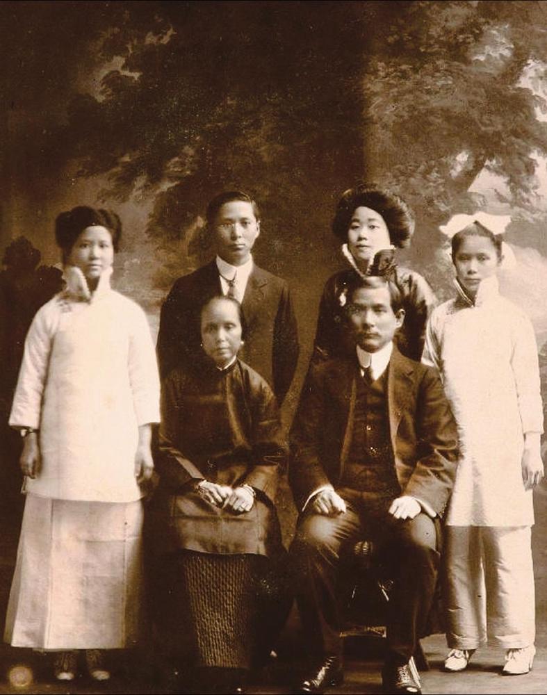 孙中山与卢慕贞(前排左二)全家福.1915年孙中山与宋庆龄在日本相爱.