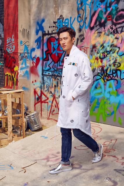 简单牛仔裤搭配今年最流行的金属色单鞋,朱刚日尧一身个性混搭潮