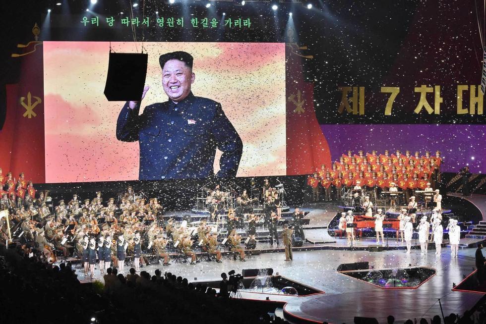 朝鲜办音乐会庆祝七大闭幕  牡丹峰乐团登台表演