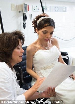 新娘患胃癌 护士帮忙新郎5天内举行婚礼