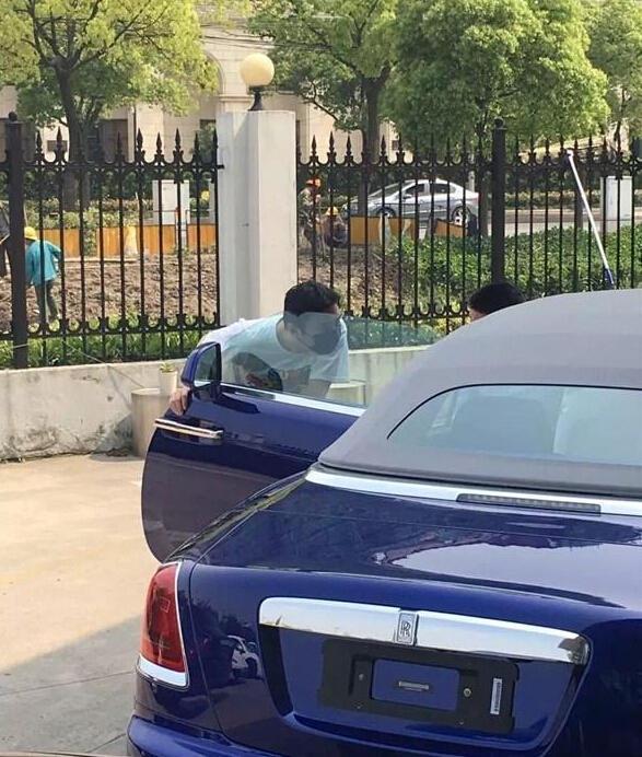款全新豪华四座敞篷车,售价668万元人民币,主要竞争对手为宾利