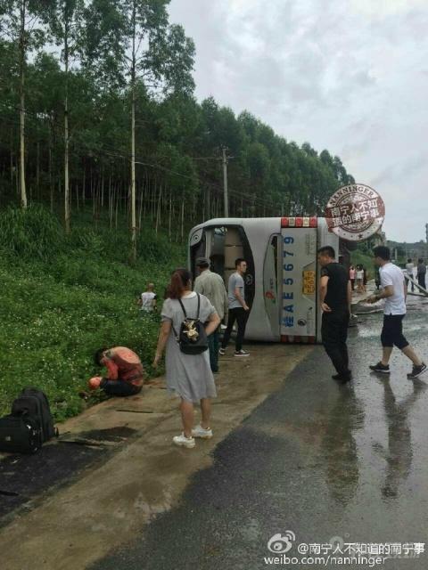 南宁明阳工业园一大巴侧翻 目前伤亡不明