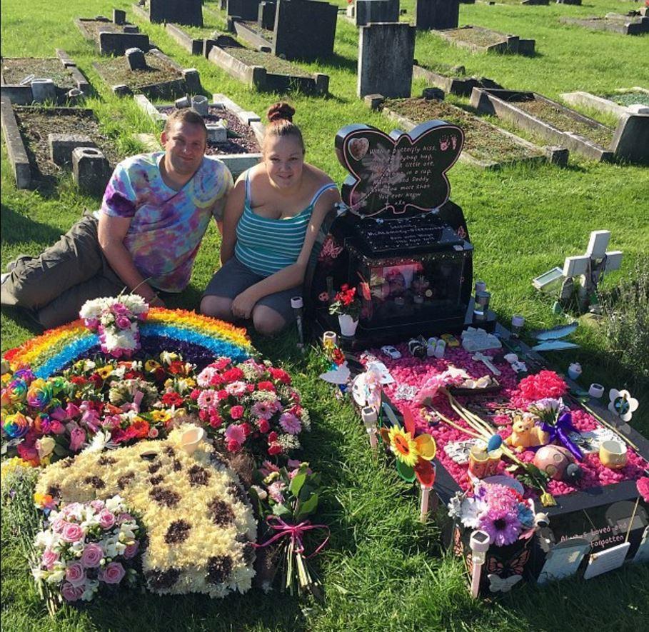 年轻父母两次痛失爱女 花14万为女儿办童话葬礼