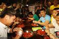 组图:奥运冠军吃虾比赛 吕小军与食客拼速度