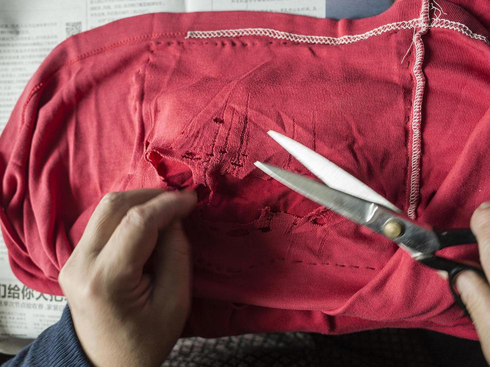不扔,修修剪剪缝缝补补还要继续穿.-外婆的老年生活图片