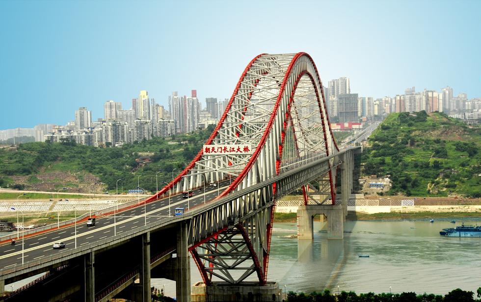 是世界上最大的拱桥.位于长江上游重庆主城区,西连江北五里店,