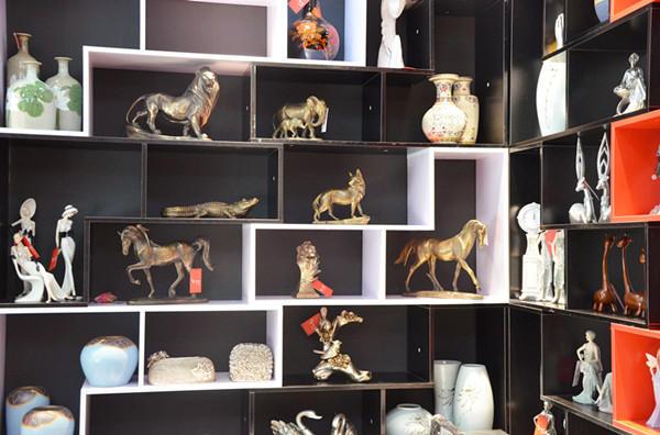 位,开起了家居装饰品店,他就是艺术家的主人——裴先生.-小编淘图片
