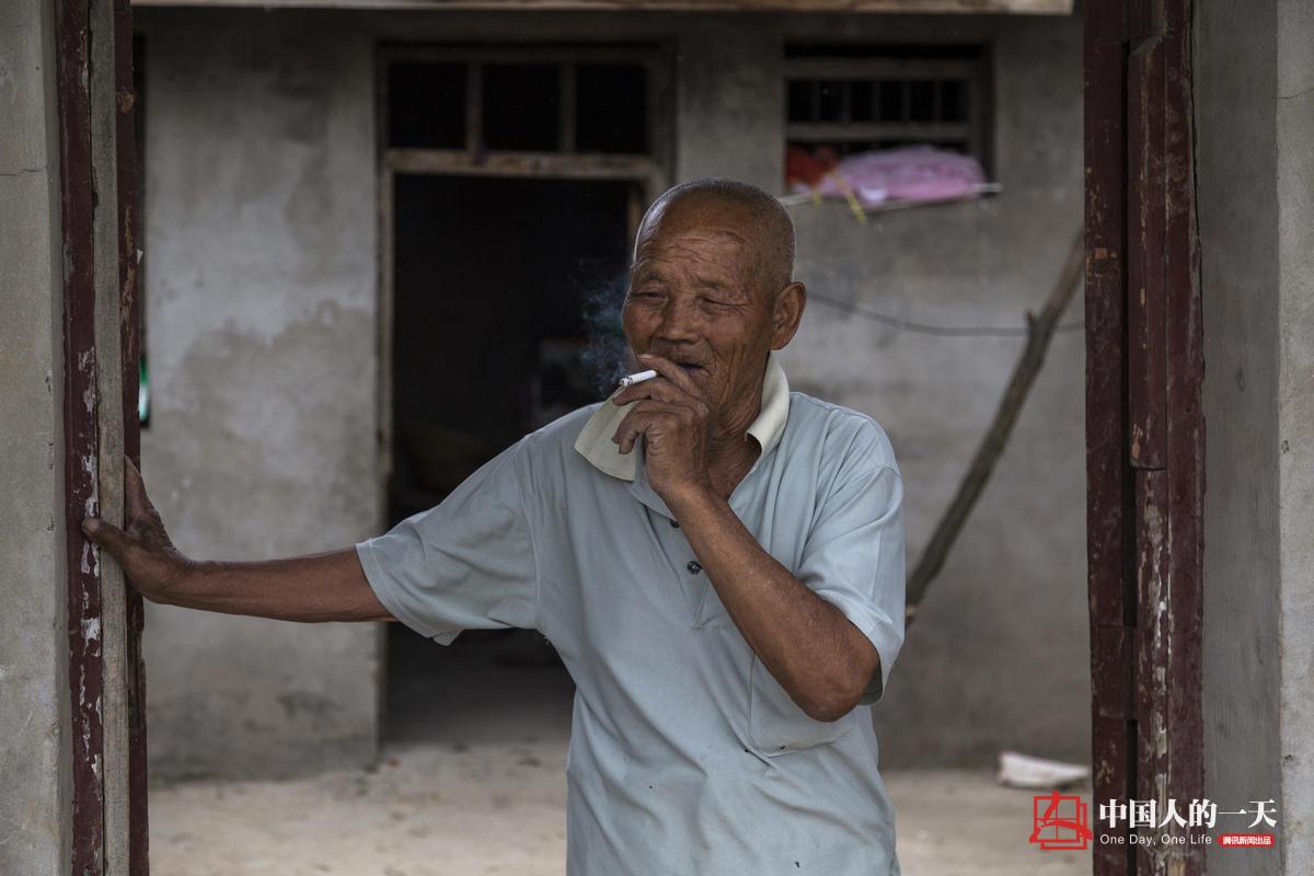 【中国人的一天】八旬夫妇采玫瑰 每斤8毛 - 海阔山遥 - .