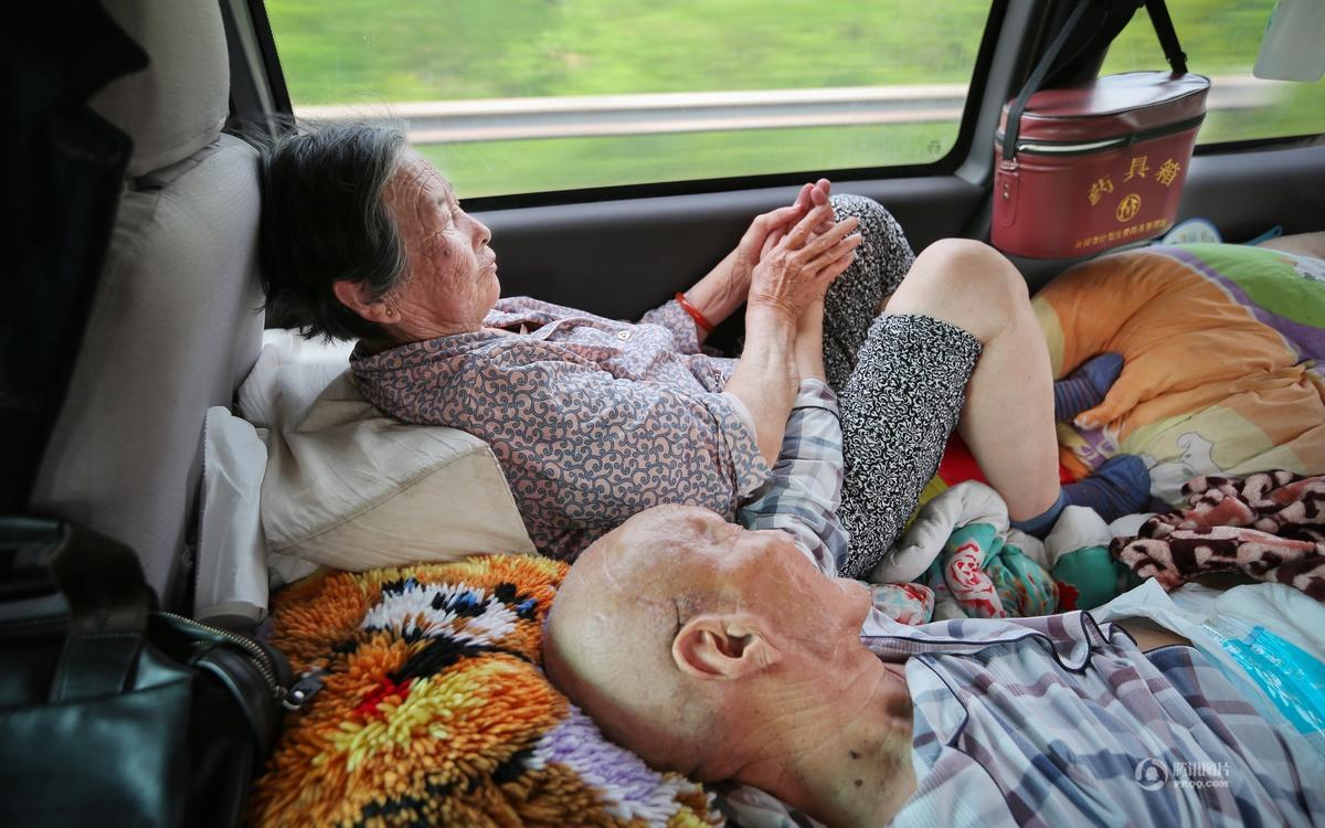 父亲瘫痪 儿子驱车千里带父亲圆梦西湖